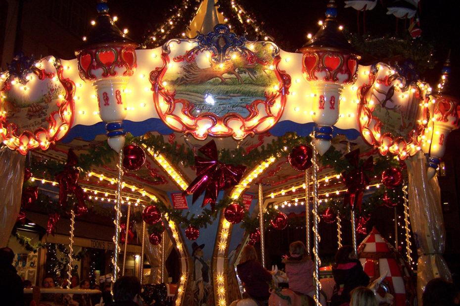 Un carousel fait tourner les enfants au rythme de la musique de Noël
