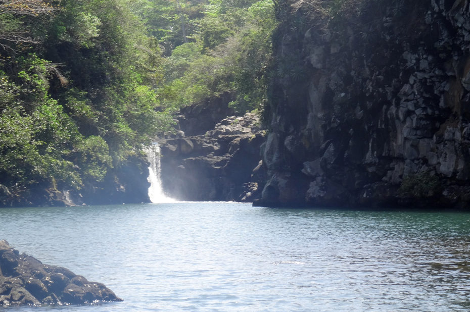 Une cascade se déversant dans un petit lac