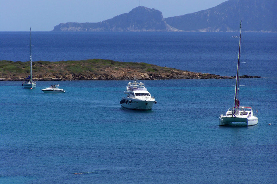 Un catamaran et un yacht à Pittulongu