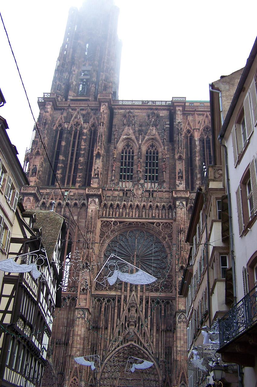 La cathédrale Notre-Dame de Strasbourg dans les nuages