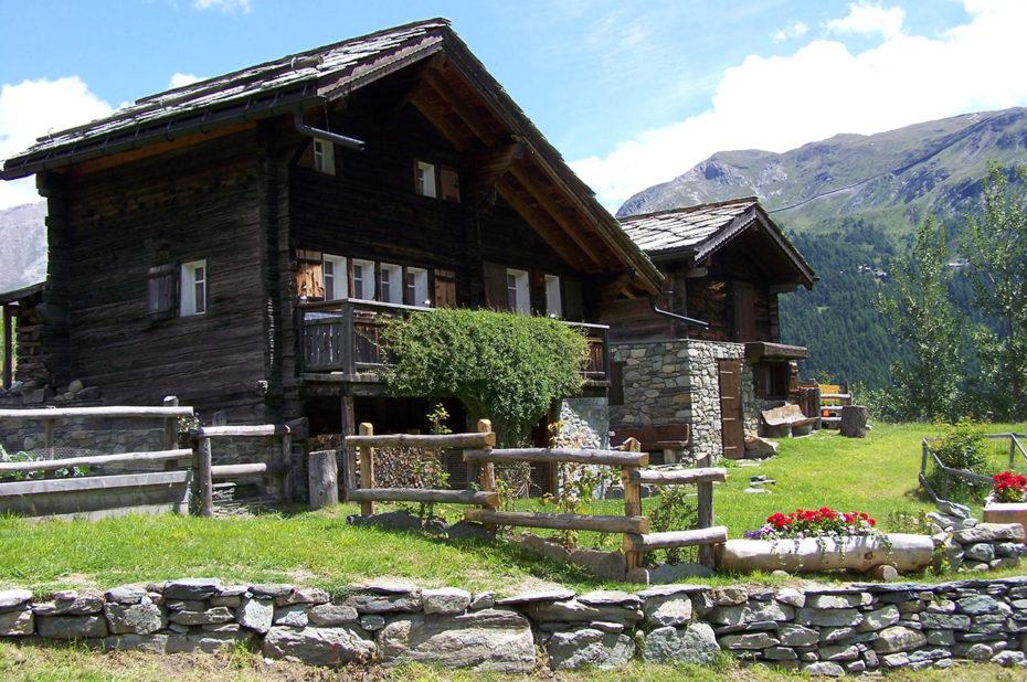 Chalets en bois sur les hauteurs de Zermatt