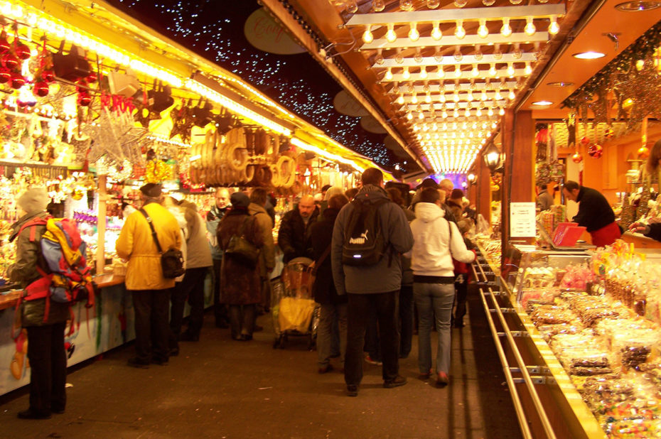 Chalets illuminés proposant des objets de Noël