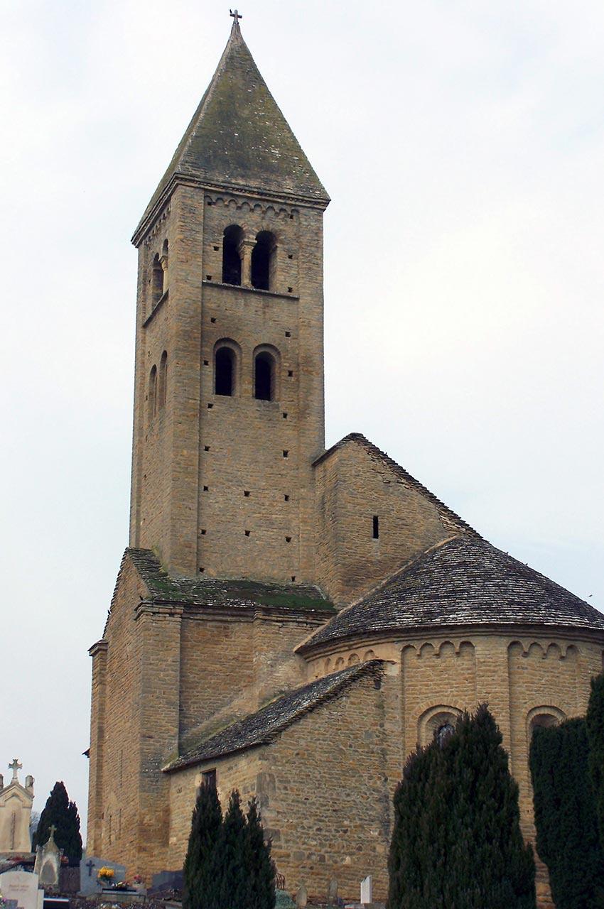 Le cimetière devant l'église de Mazille