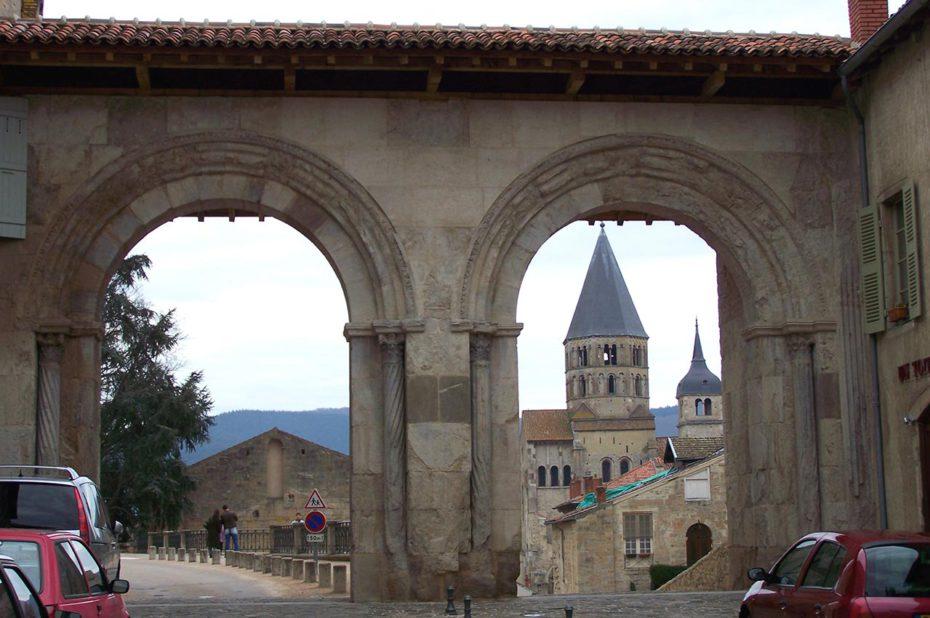 Le clocher de l'Abbaye derrière les arches