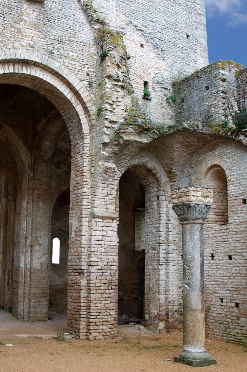 Colonne de la nef en ruine