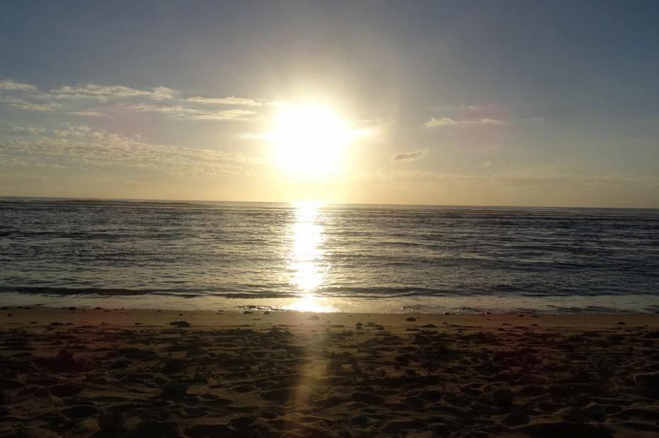 Coucher de soleil sur une plage à Saint-Gilles