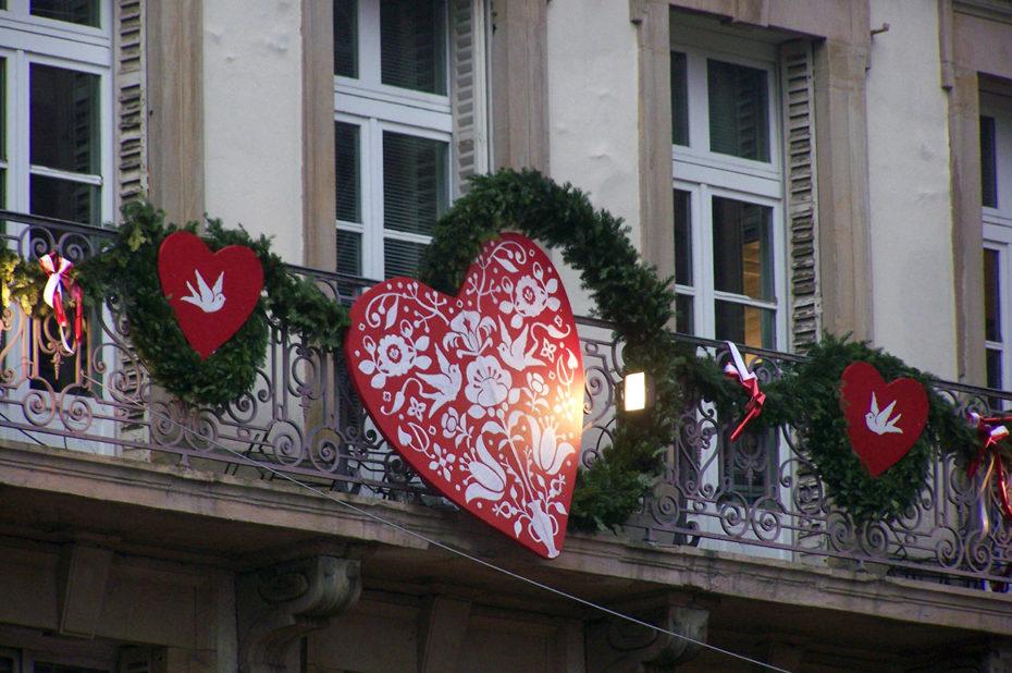 Les décorations de Noël s'affichent sur les balcons