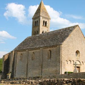 Église de Mazille dans la campagne bourguignonne