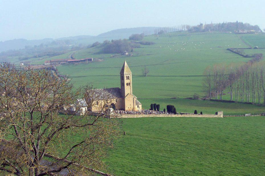 L'église de Mazille dans la campagne au petit matin