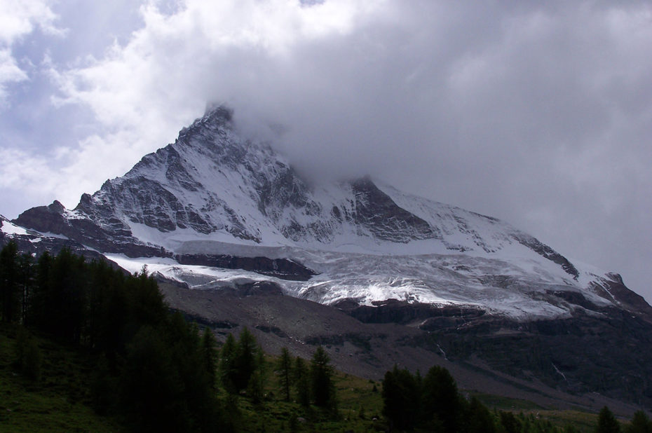 La face nord du Cervin dans les nuages