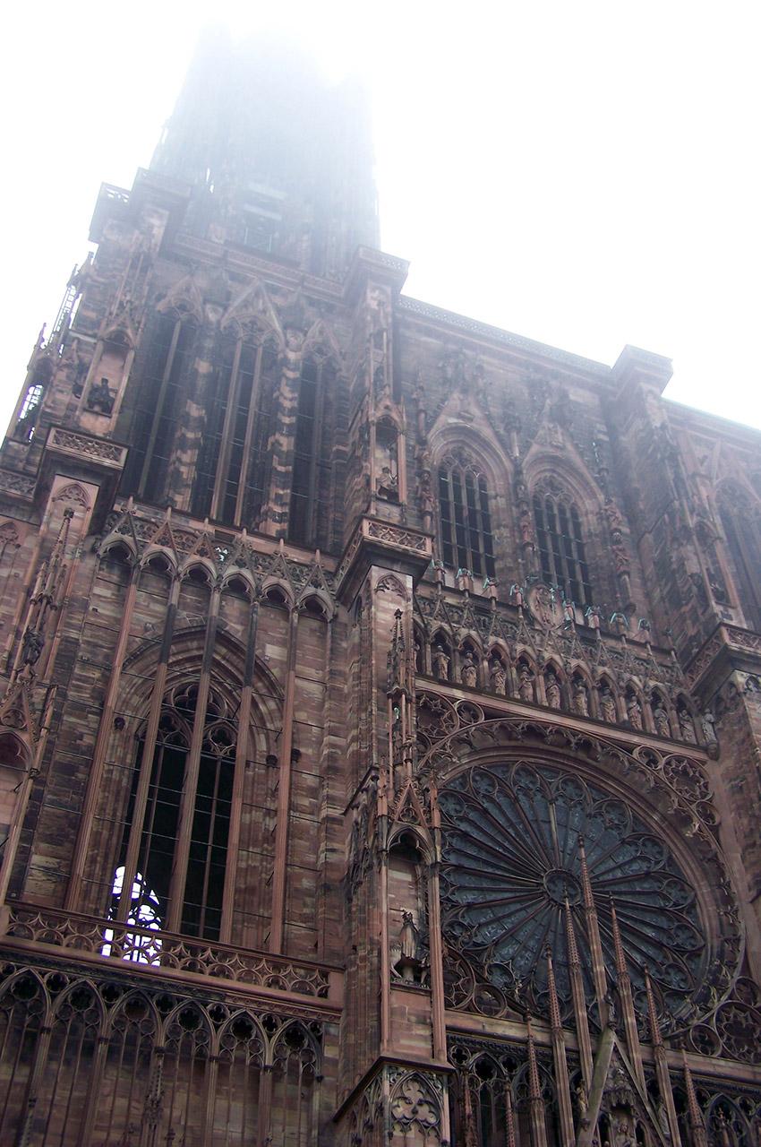 La flèche de la cathédrale de Strasbourg disparaît dans les nuages