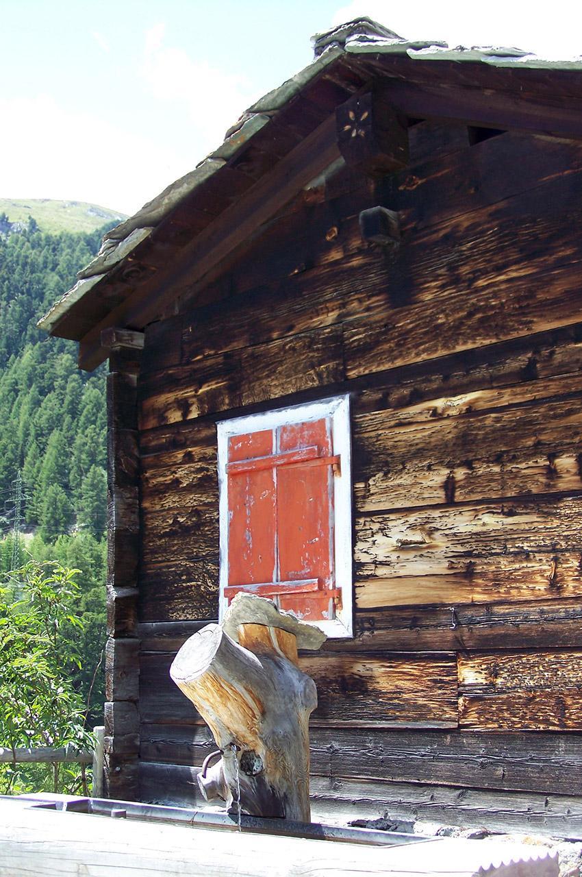Fontaine devant un chalet en bois