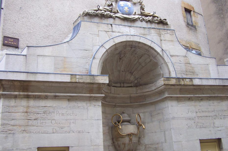Une fontaine, rue Mercière, à Cluny