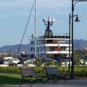 Un gros bateau dans le port d'Olbia