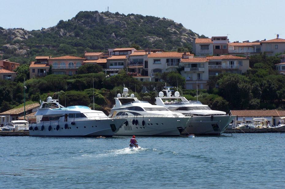 Un jet-ski rejoignant d'énormes yachts