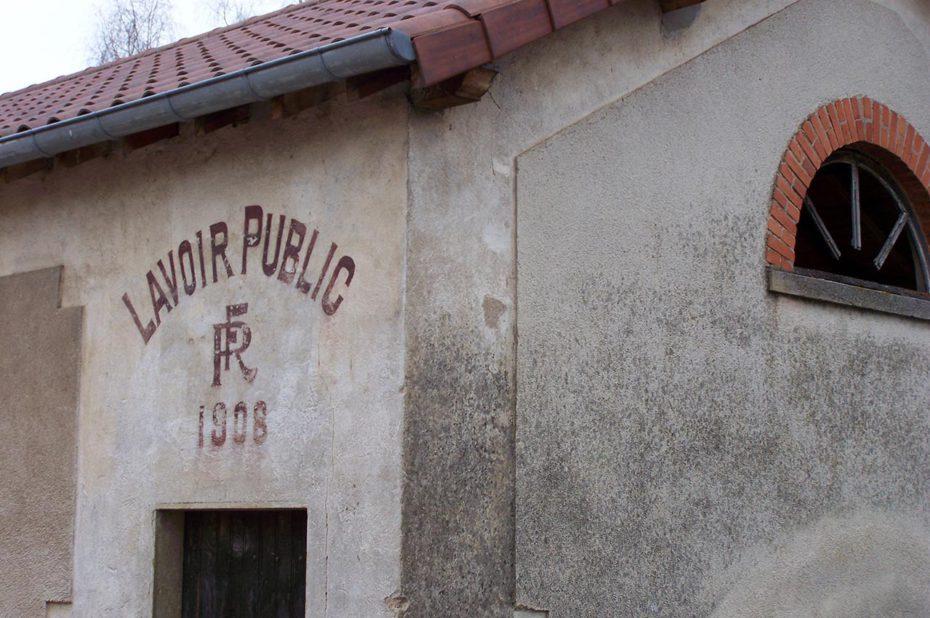 Lavoir public dans un village du Clunisois