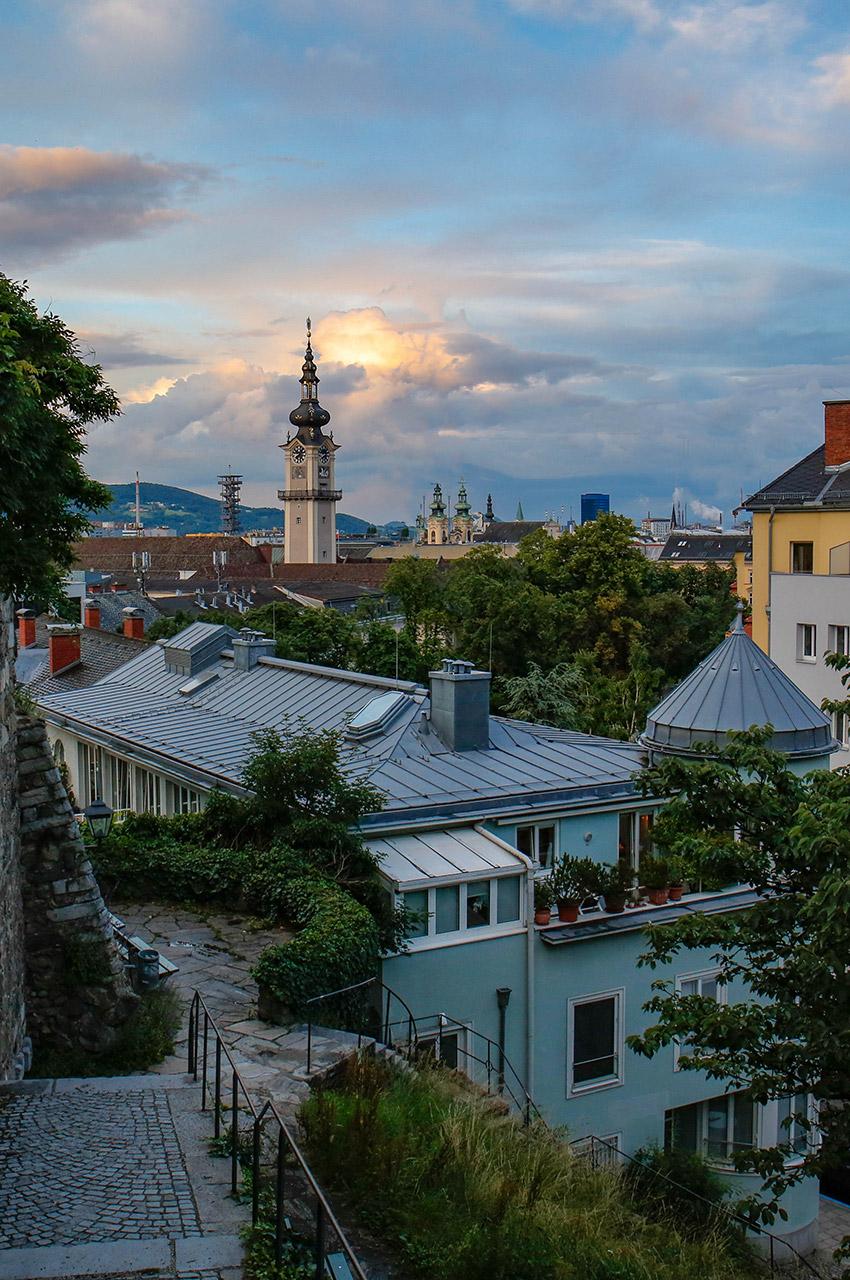 Clocher de Linz en Autriche, au crépuscule