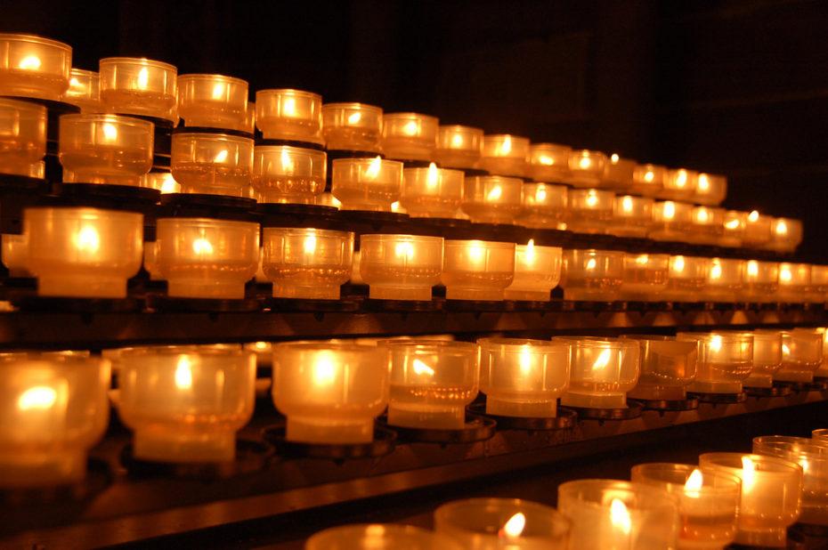 Lumignons pour la prière dans la cathédrale