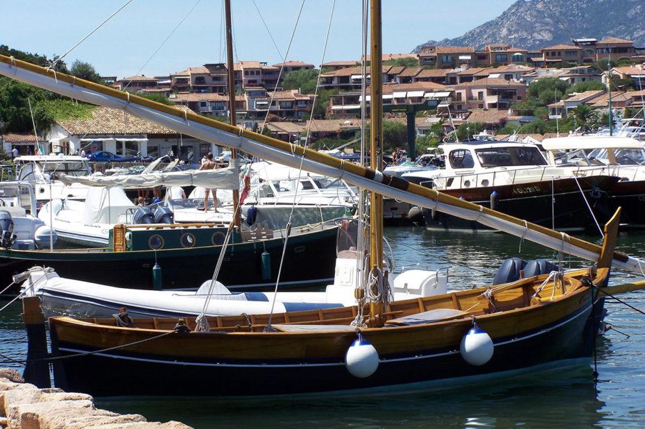 Un magnifique voilier tout en bois dans le port de plaisance
