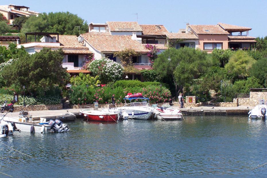 Maisons de luxe dans le port de Porto Rotondo