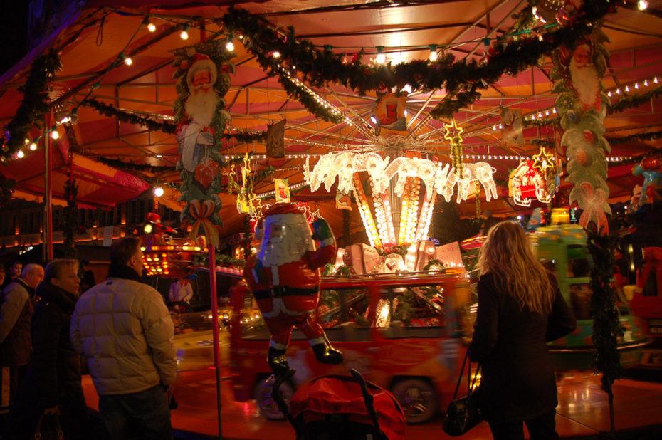 Manège pour les enfants au marché de Noël