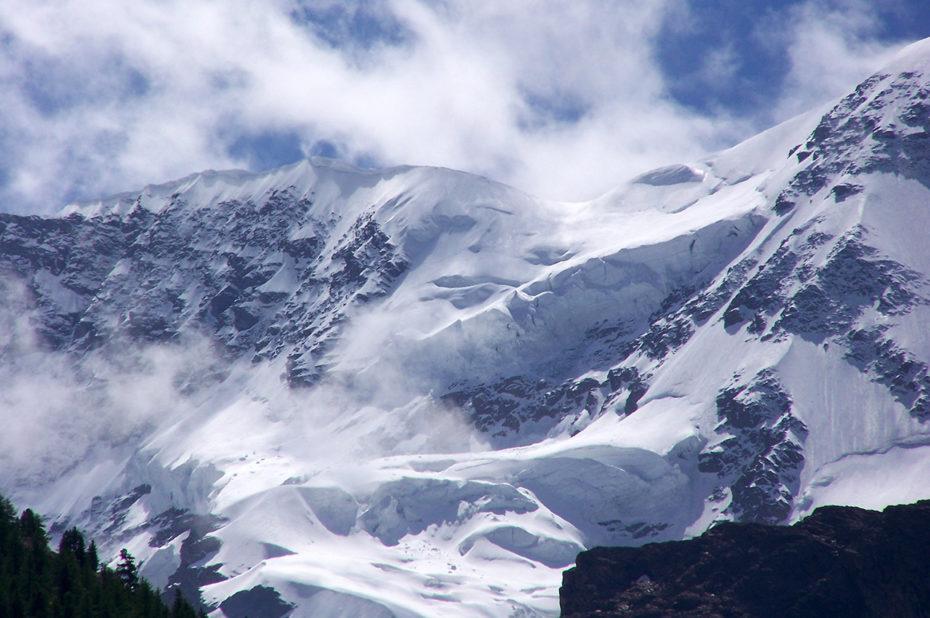 Un épais manteau neigeux en été au-dessus de 4000 mètres