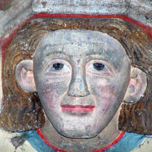 Masques humains sculptés dans l'église de Jalogny
