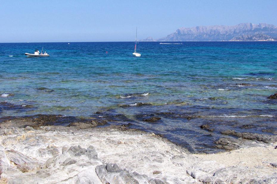 Mer azur sur la plage de Pittulongu en Sardaigne