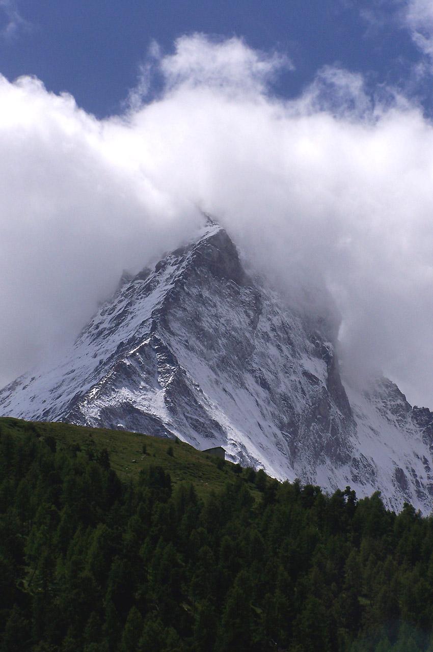 Le mont Cervin noyé dans les nuages
