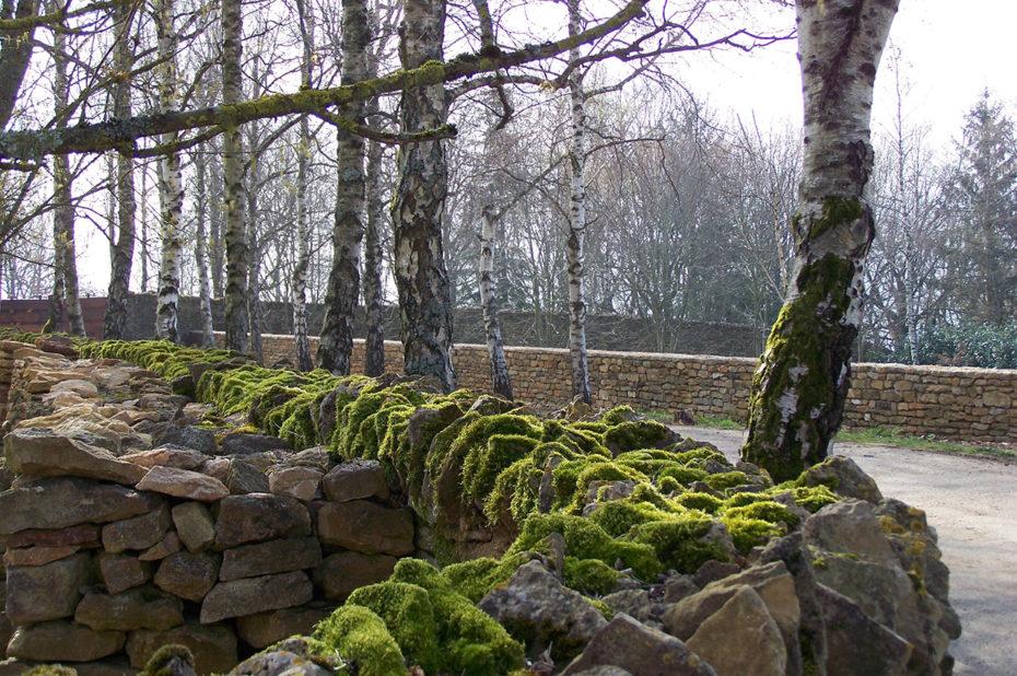 Mur de pierres construit par les Sœurs Carmélites de Mazille