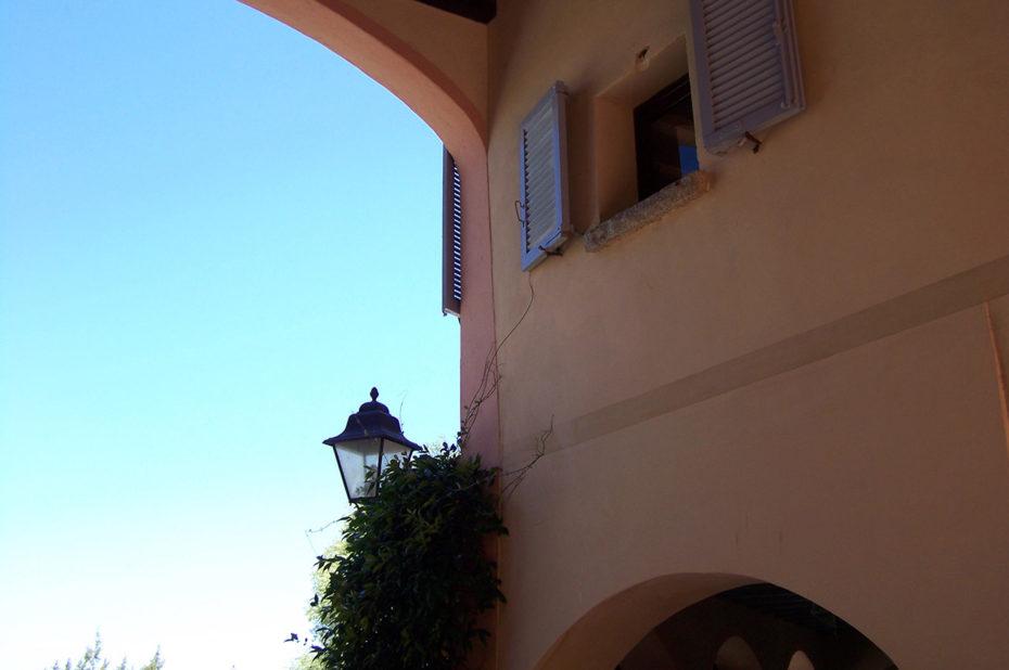 À l'ombre d'un porche pour se protéger de la chaleur du mois d'août