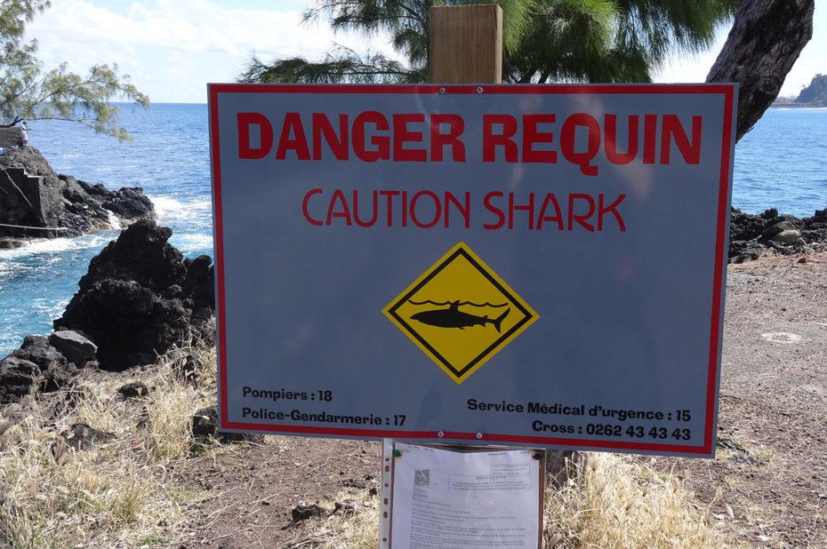 Une pancarte prévenant du danger que représentent les requins