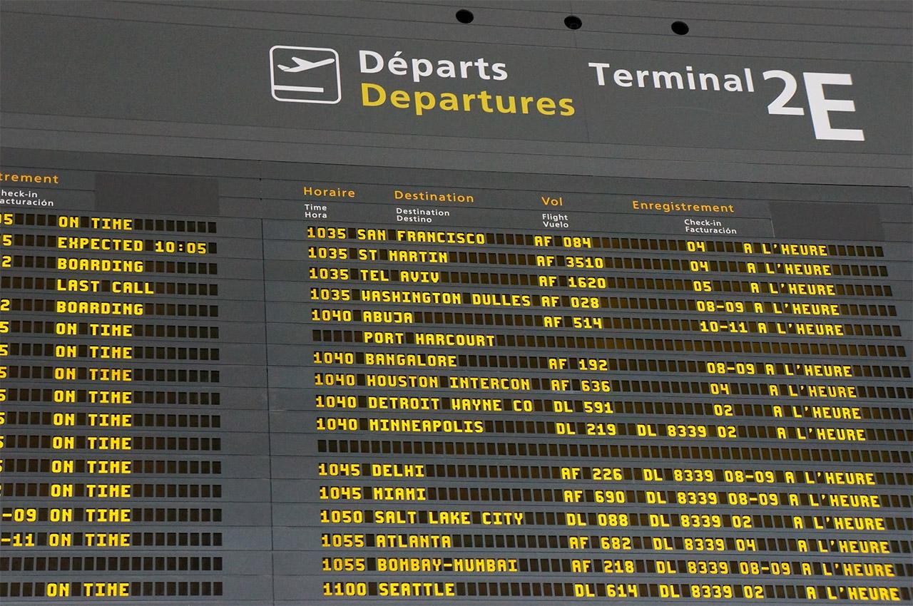Panneau des horaires d'embarquement à l'aéroport