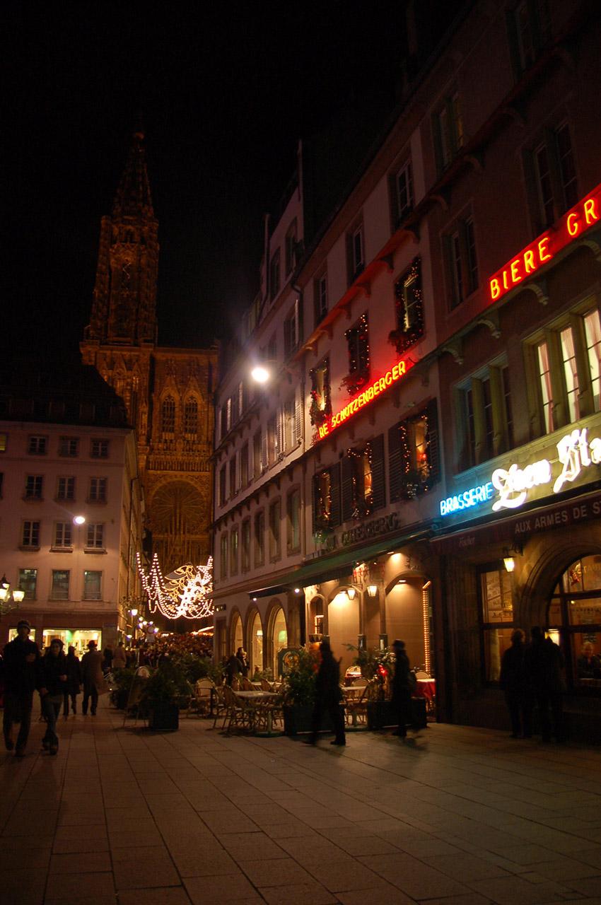 La place Gutenberg à la nuit tombée