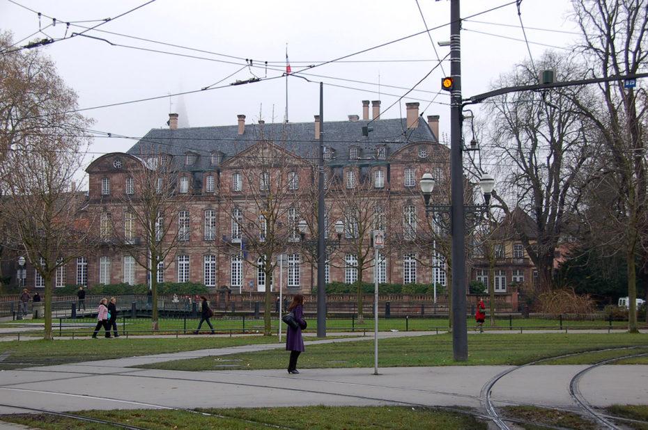 Sur la place de République, où passent les tramways