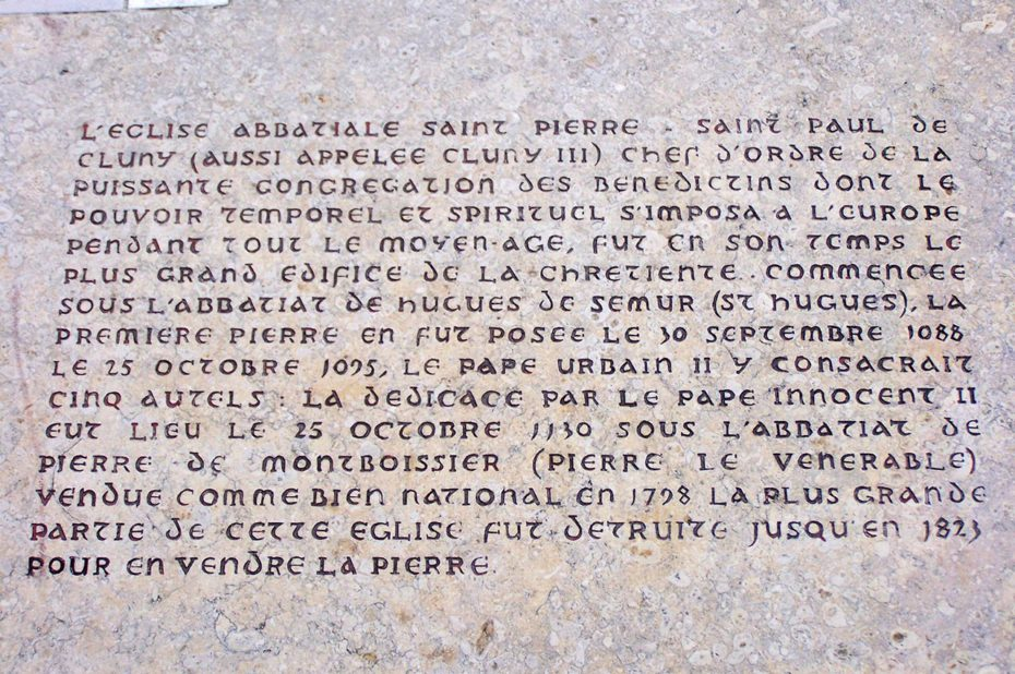 Plaque explicative devant les ruines de l'abbaye