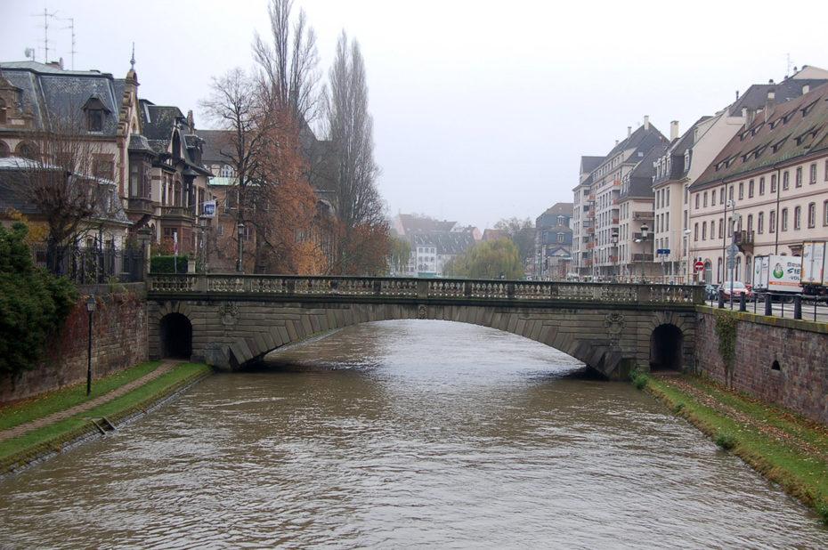 Un pont sur l'Ill par un temps nuageux et froid