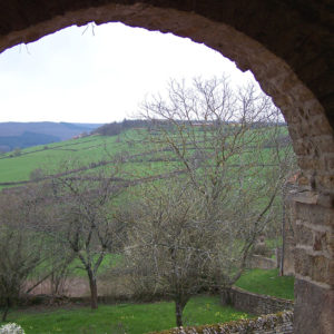 Vue sur la campagne depuis le porche de la chapelle