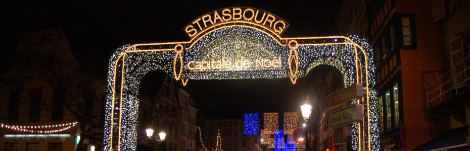 Portail lumineux d'entrée au marché de Noël de Strasbourg