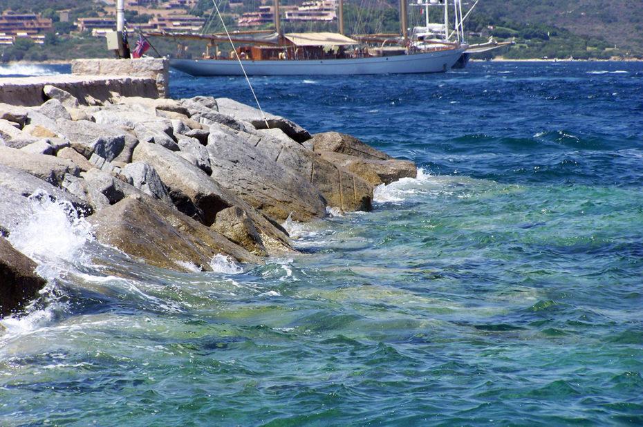 Rochers et mer translucide dans le port de Porto Rotondo