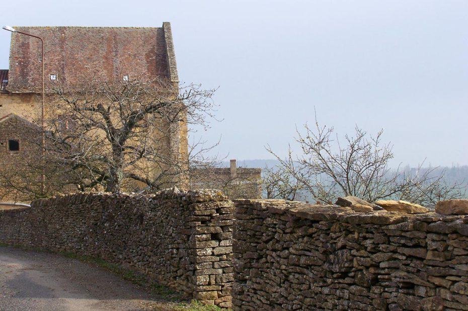 Petite route de campagne sur les hauteurs de Mazille