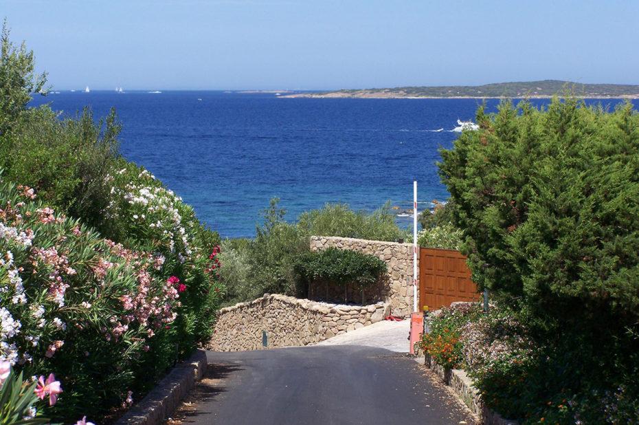 La route qui descend à la plage