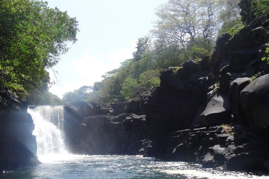 Le soleil se reflète sur l'écume de la cascade