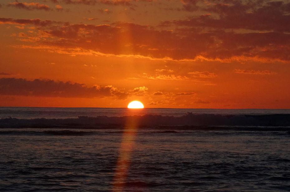 Le soleil rouge se couche dans l'océan