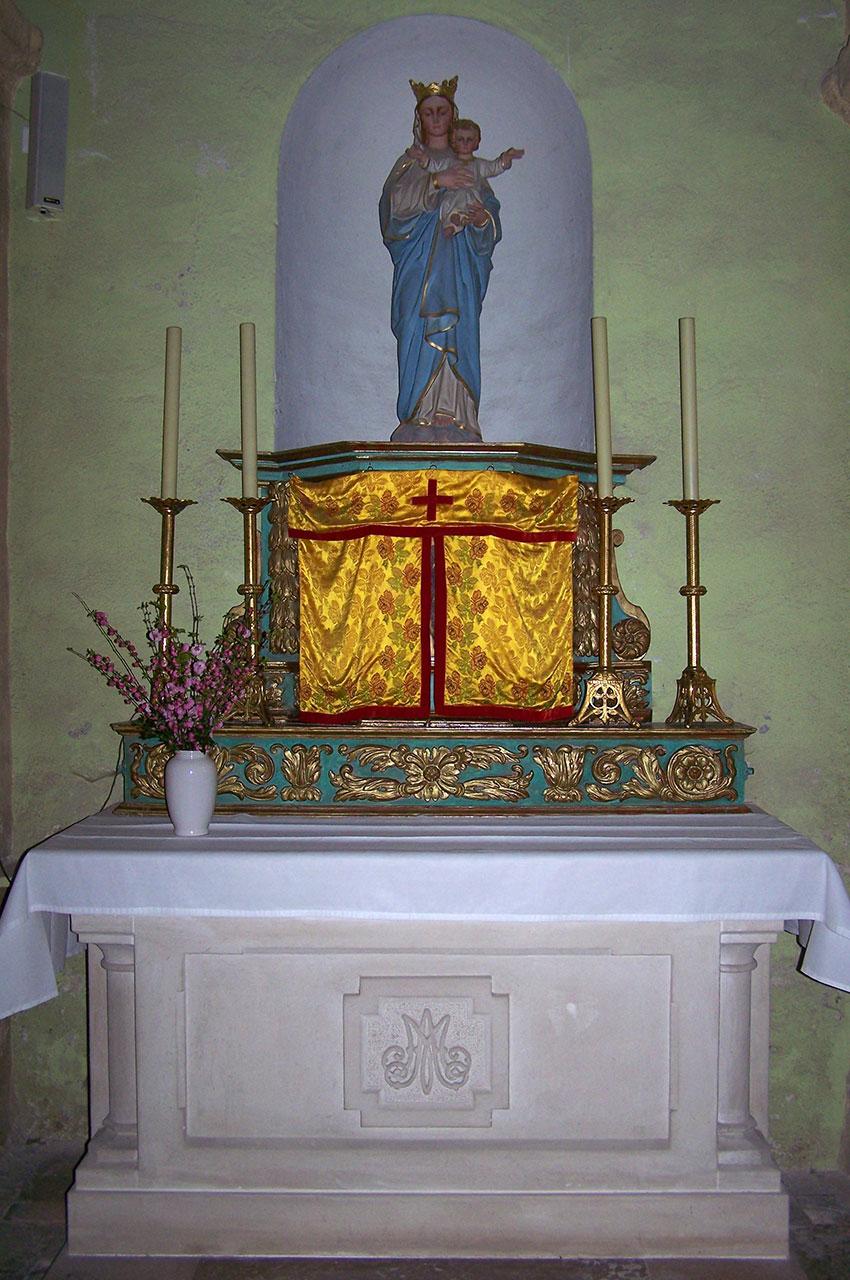 Tabernacle surmonté d'une statue de la Vierge