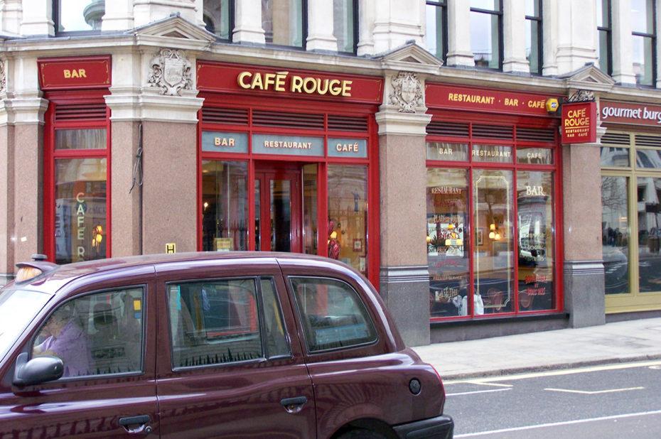 Un taxi passe devant un Café Rouge