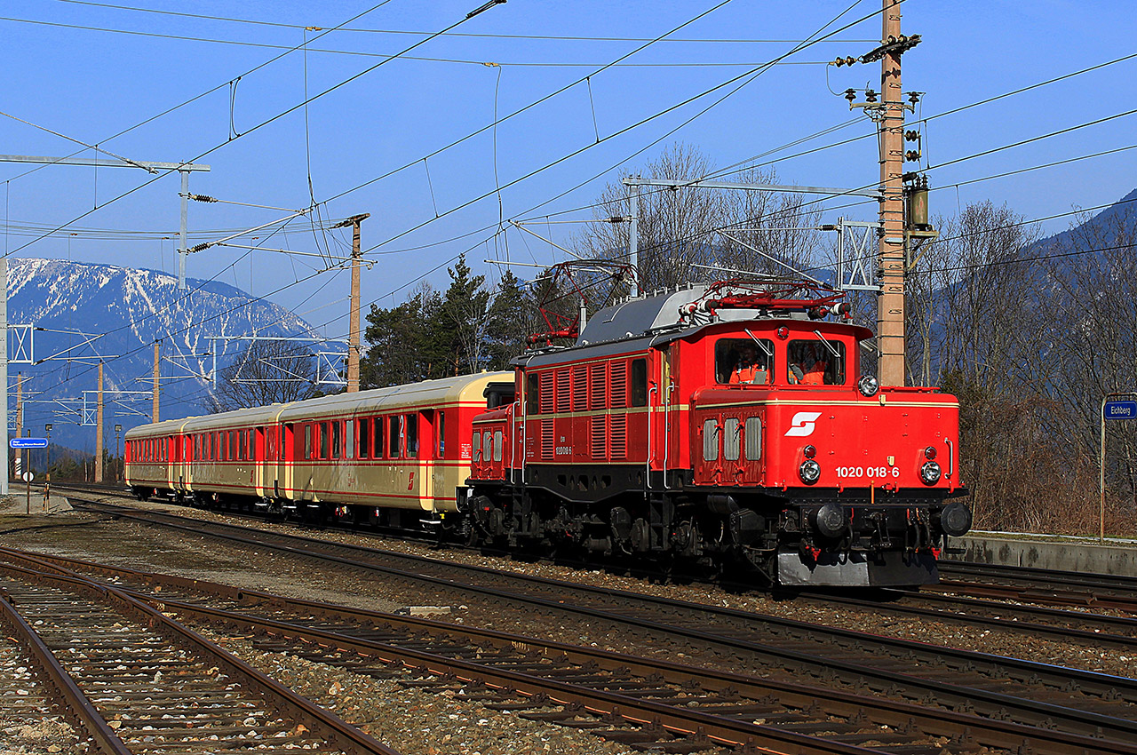 Train rouge reliant Eichberg à Semmering