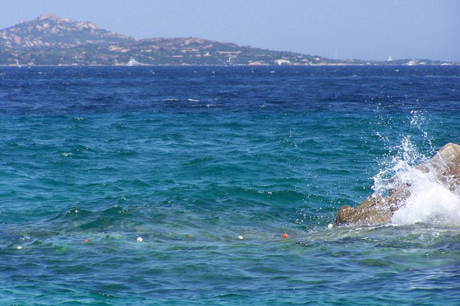 Les vagues se fracassent contre les rochers