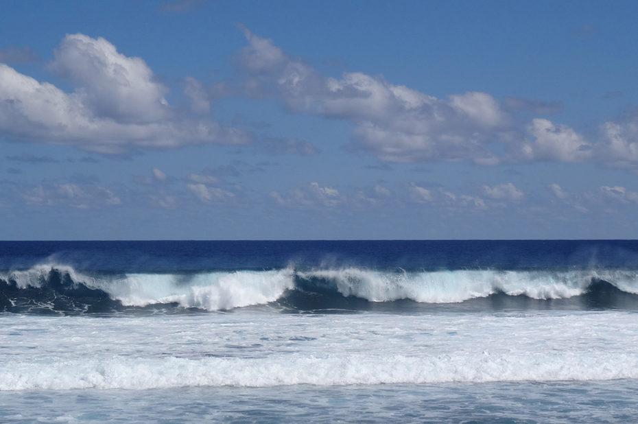 Les vagues roulent jusqu'à la plage