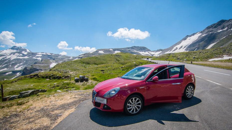 Voiture rouge dans les Alpes autrichiennes